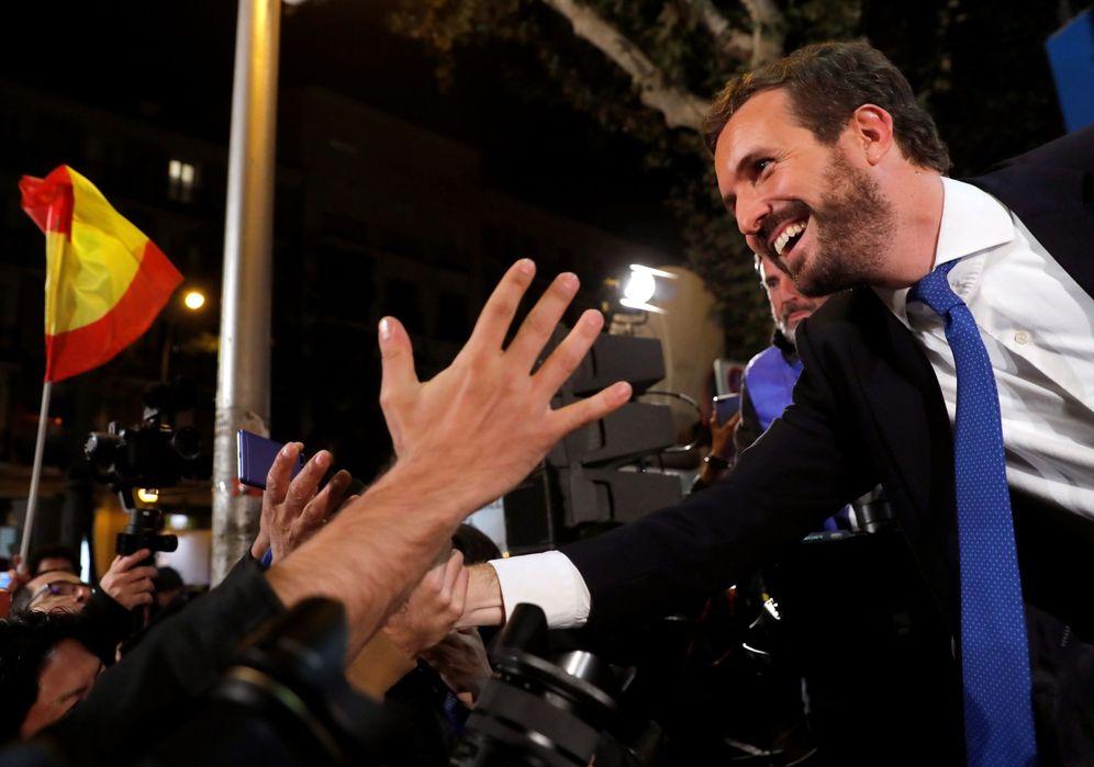 Foto: Pablo Casado saluda a los simpatizantes en la noche electoral. (Chema Moya/EFE)