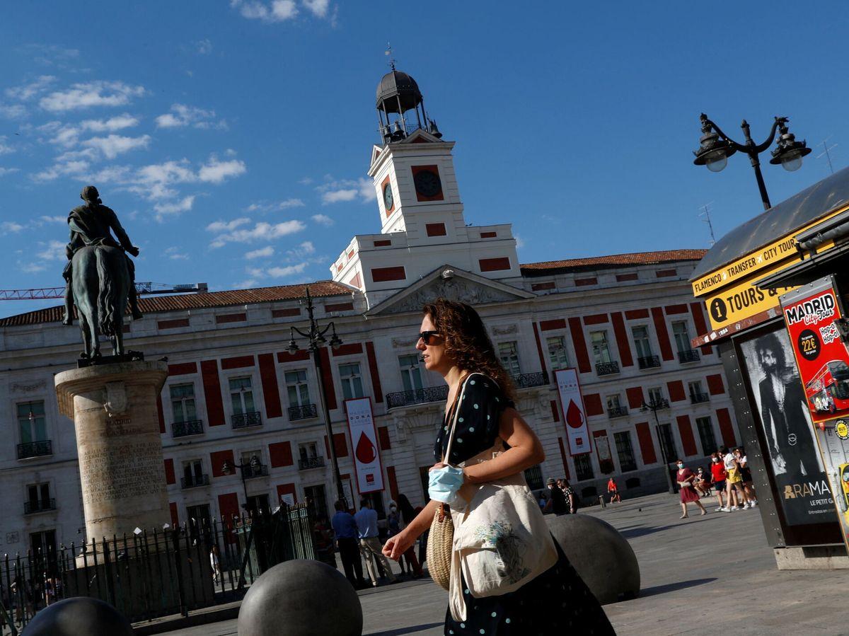 Foto: Una mujer pasea por la Puerta del Sol en Madrid. (Reuters)