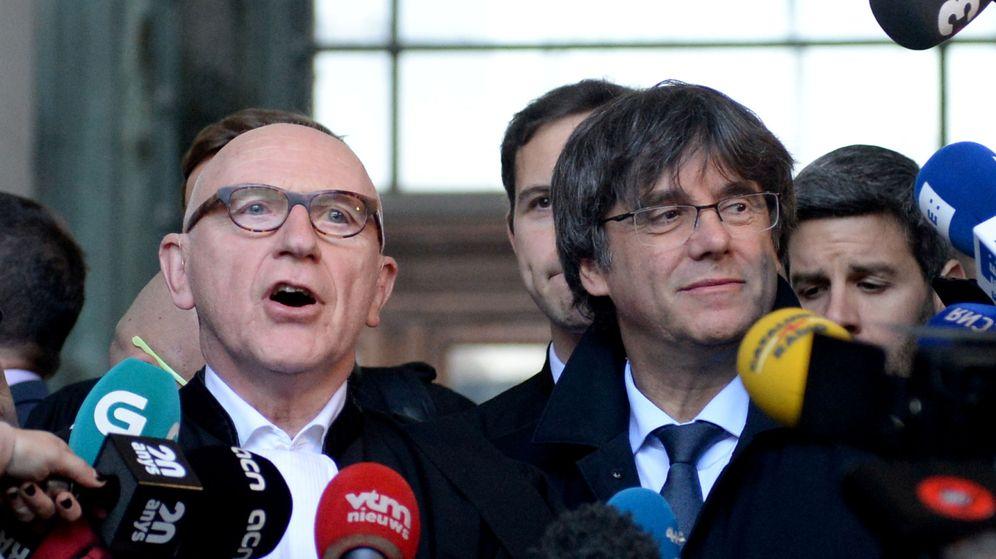 Foto: El expresidente de la Generalitat Carles Puigdemont y su abogado Paul Bekaert. (Reuters)