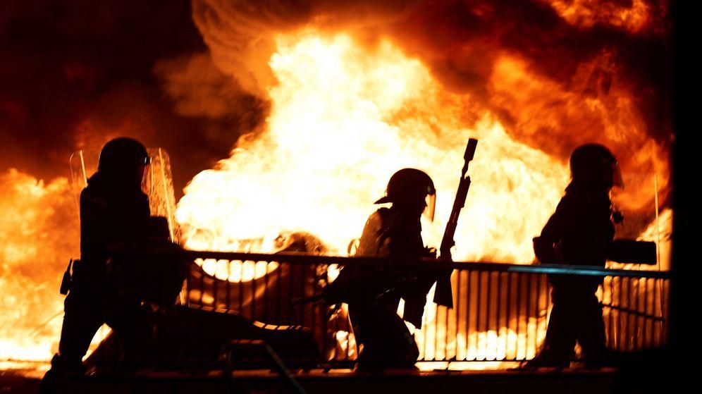 Foto: Policias antidisturbios durante los incidentes que se están produciendo en Barcelona. (EFE)
