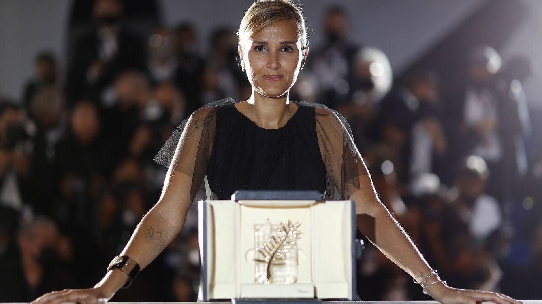 Foto: Julia Ducournau posa con su Palma de Oro por 'Titane'. (Efe)