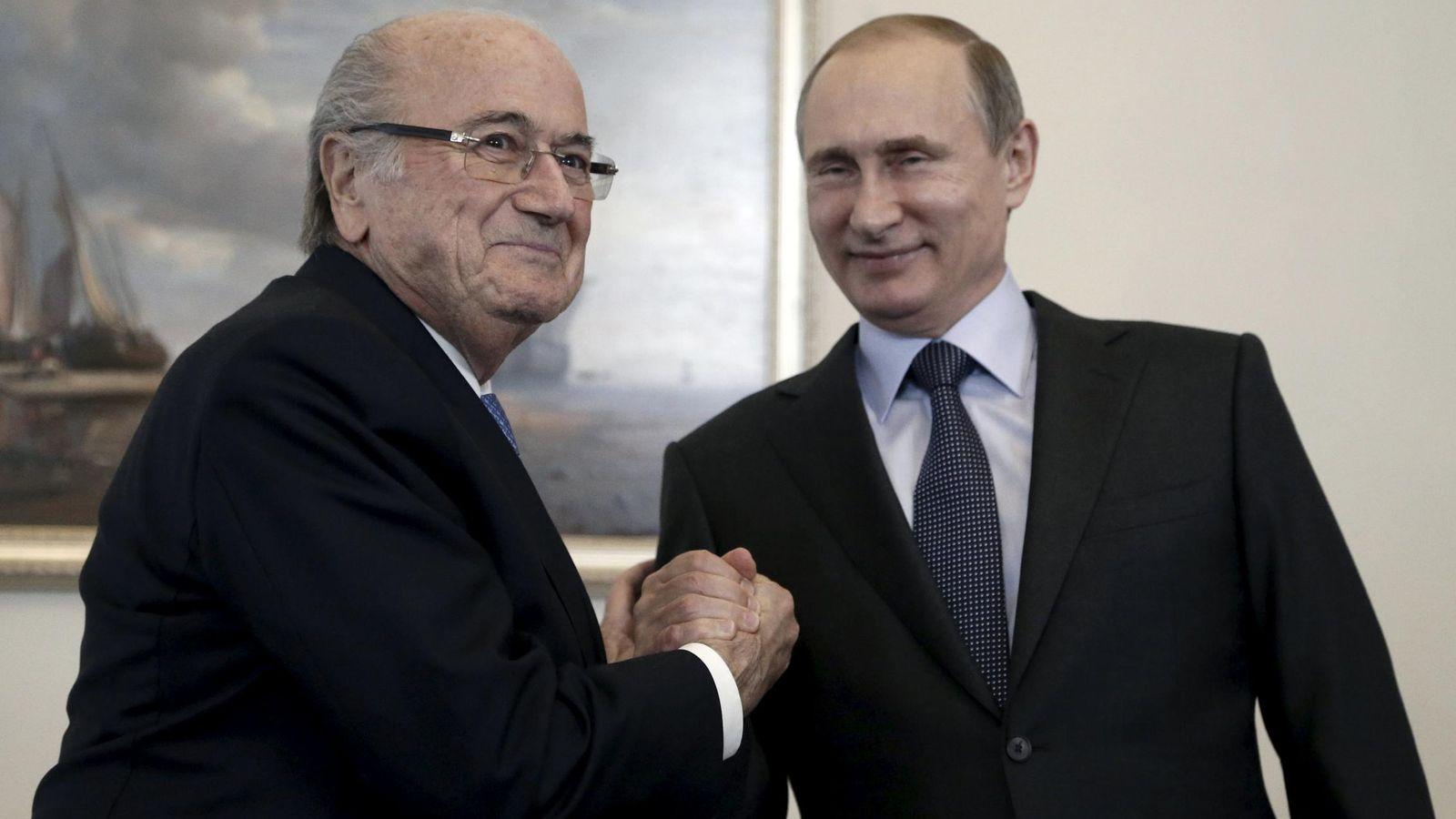 Foto: Blatter y Putin se saludan después de conceder el Mundial de 2018 a Rusia (Reuters).