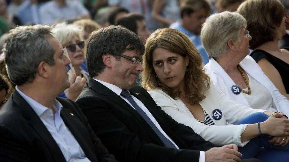 Foto: El expresidente de la Generalitat, Carles Puigdemont, conversa con la coordinadora general del partido, Marta Pascal. (EFE)