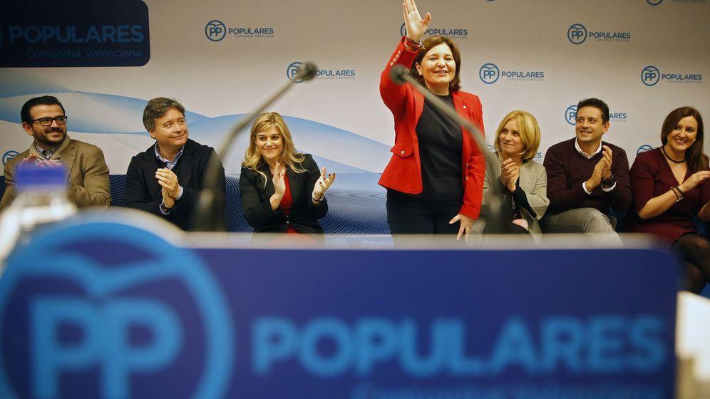 Foto: La presidenta regional del PP, Isabel Bonig, saluda al inicio de la primera junta directiva regional del PPCV tras el congreso nacional del partido, el 13 de febrero de 2017. (EFE)
