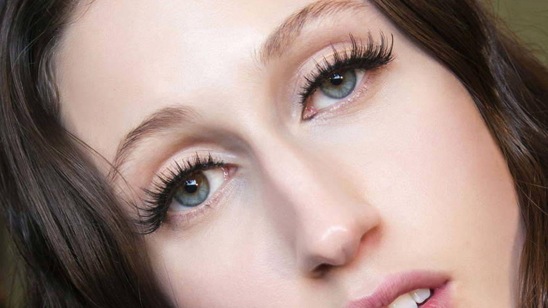 El tamaño de las pestañas postizas determinará su adaptación a tus ojos. (Imaxtree)