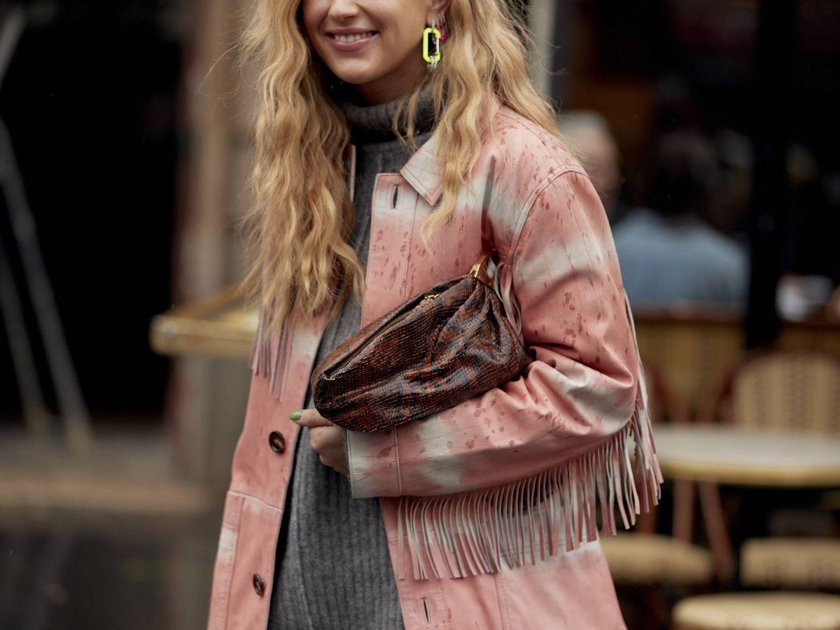 Foto: La influencer Emili Sindlev, con una chaqueta efecto tie-dye. (Imaxtree)