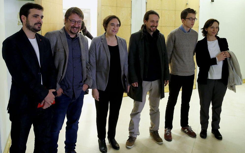 Foto: Alberto Garzón, Xavi Domènech, Ada Colau, Pablo Iglesias, Íñigo Errejón y Carolina Bescansa, ayer lunes en Madrid, durante la visita de la alcaldesa de Barcelona. (EFE)