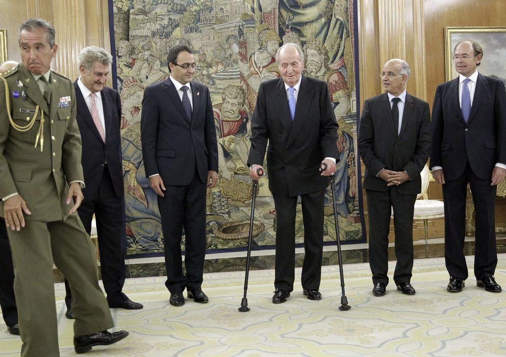 Foto: El Rey, acompañado por Jesús Posada y Pío García Escudero, posa junto a las autoridades parlamentarias marroquíes. (EFE)