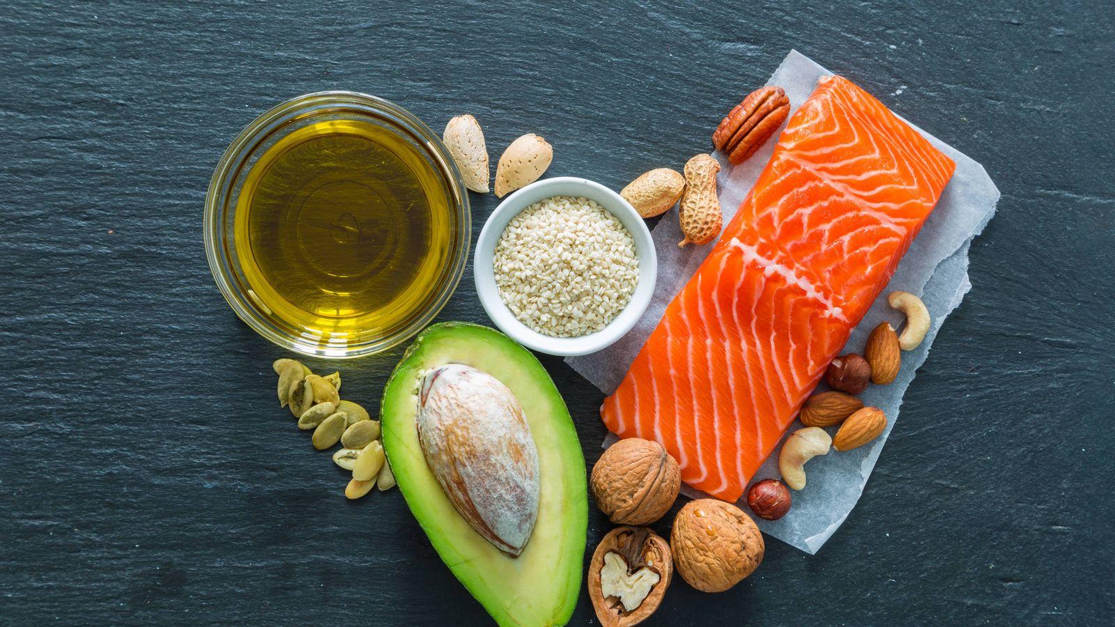 """Foto: Salmón, aguacate, frutos secos y aceite de oliva, todos ellos con grasas """"buenas"""". (iStock)"""