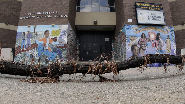 Un árbol caído frente a un instituto público en Filadelfia cerrado por falta de fondos, en septiembre de 2013. (Reuters)