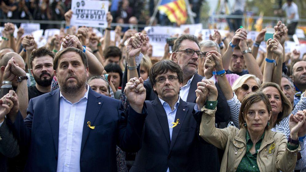Foto: El presidente de la Generalitat, Carles Puigdemont (c); el vicepresidente Oriol Junqueras (i) y la presidenta del Parlament, Carme Forcadell, durante la manifestación del pasado 21 de octubre. (EFE)