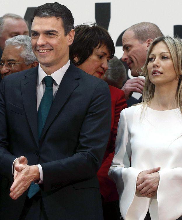 Foto:  El secretario general del PSOE, Pedro Sánchez, junto a la candidata a la presidencia del Partido Alianza de la Izquierda Democrática de Polonia, Magdalena Ogorek, momentos antes de posar en la foto de familia de la cumbre que se celebró el 2 de febrero