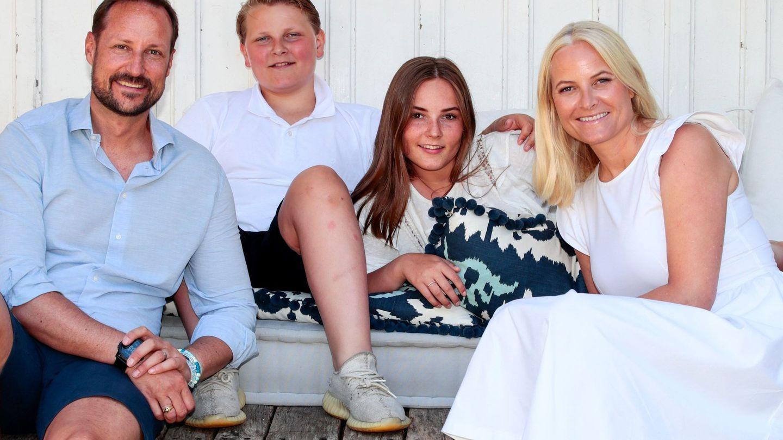 Sverre Magnus y Princess Ingrid Alexandra, con sus padres el pasado mes de julio. (EFE)