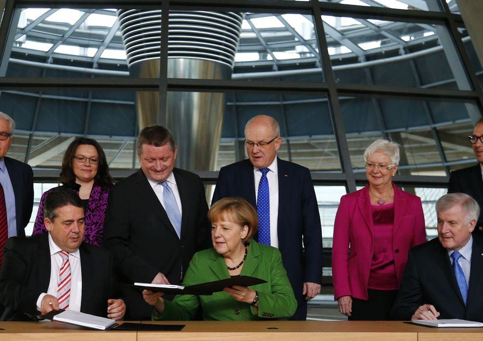 Foto:  Merkel, Horst Seehofer (CSU) y Sigmar Gabriel (SPD) firman el pacto en el Bundestag (Reuters).