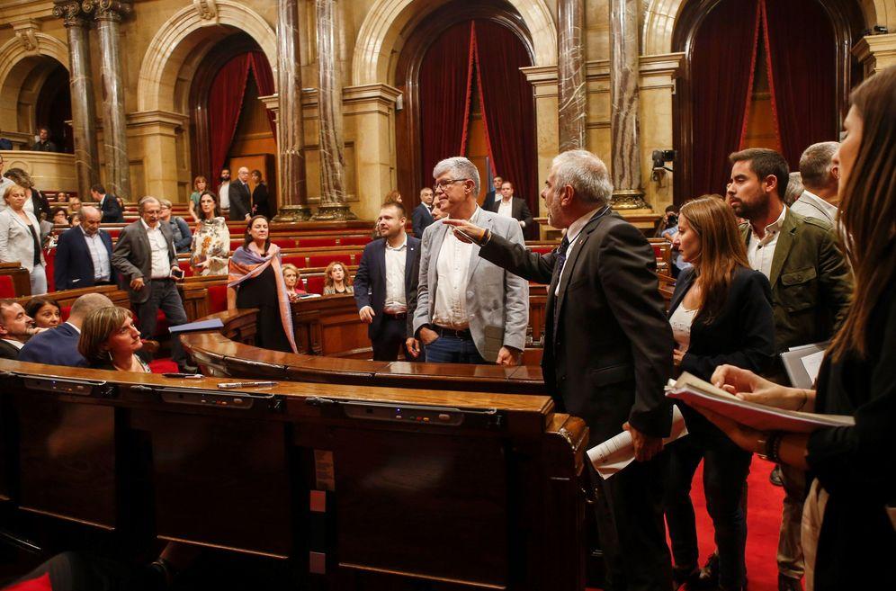 Foto: El diputado de Cs Carlos Carrizosa abandona el pleno tras ser expulsado y se dirige a la bancada independentista, este 26 de septiembre en el Parlament. (EFE)