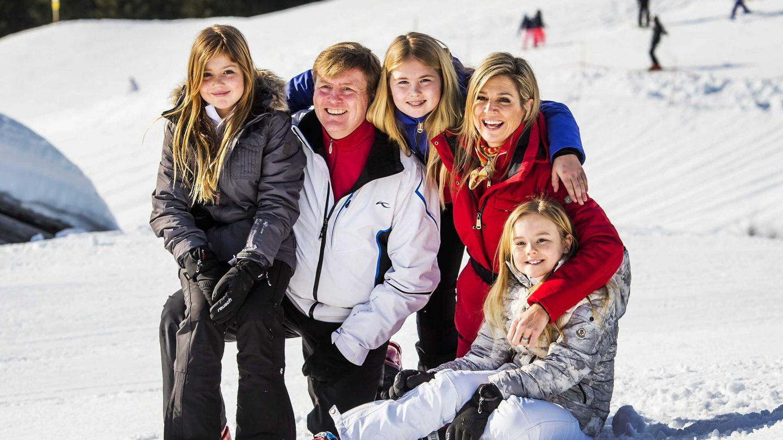La familia real holandesa, en uno de sus posados de invierno. (EFE)