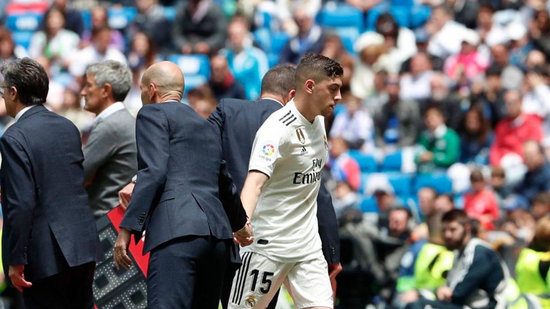 Zidane felcita a Fede Valverde tras un cambio en el Bernabéu. (Efe)