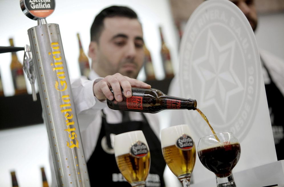 Foto: Un camarero sirve dos cervezas de Estrella Galicia. (EFE)
