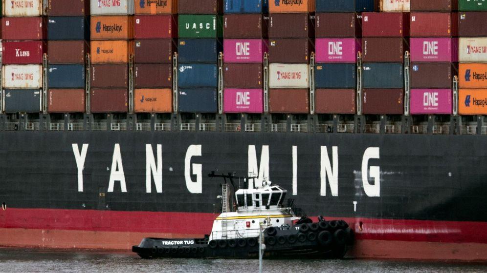 Foto:  Un buque de carga de la compañía de transporte taiwanesa Yang Ming llega este lunes al puerto de Los Ángeles, California. (EFE)