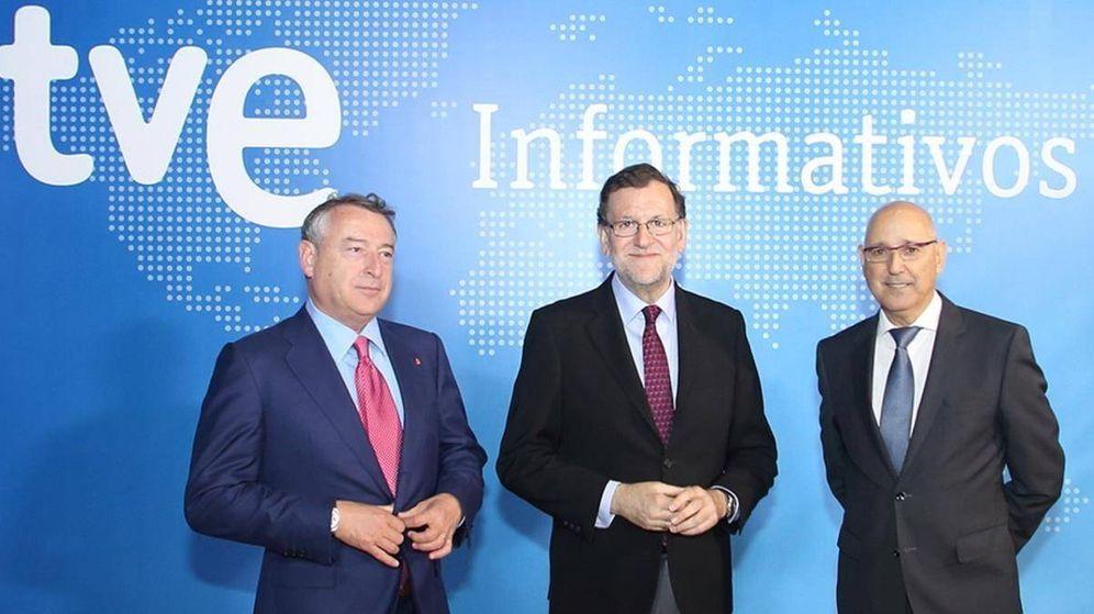Foto: Mariano Rajoy, con el presidente de RTVE, José Antonio Sánchez (i), y el jefe de Informativos de TVE, José Antonio Álvarez Gundín.