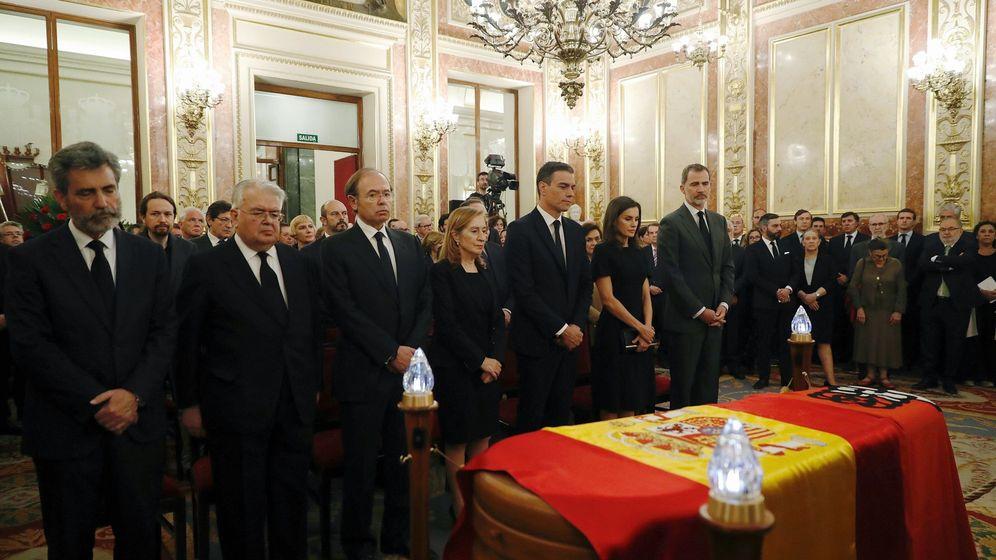 Foto: Los Reyes, junto al presidente del Gobierno en funciones, Pedro Sánchez, entre otros. (EFE)