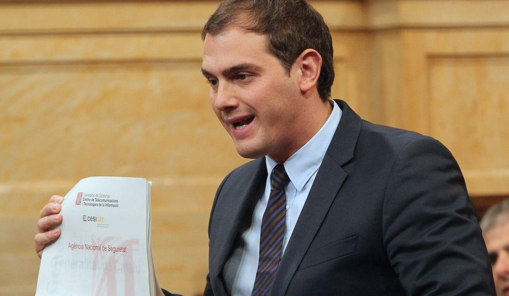 Albert Rivera muestra el documento desvelado por 'El Confidencial'. (EFE)