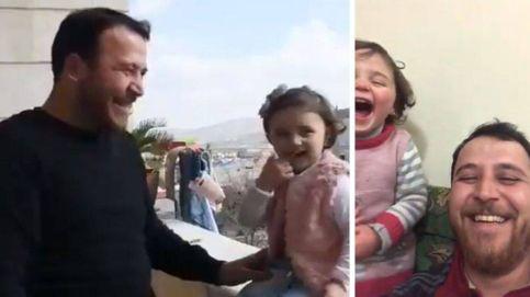 El juego de la guerra en Siria: cómo un padre enseña a su hija a reírse de un bombardeo