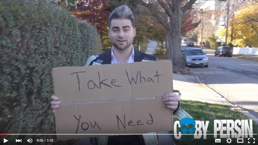 Qué ocurre cuando un hombre reparte dinero gratis por la calle