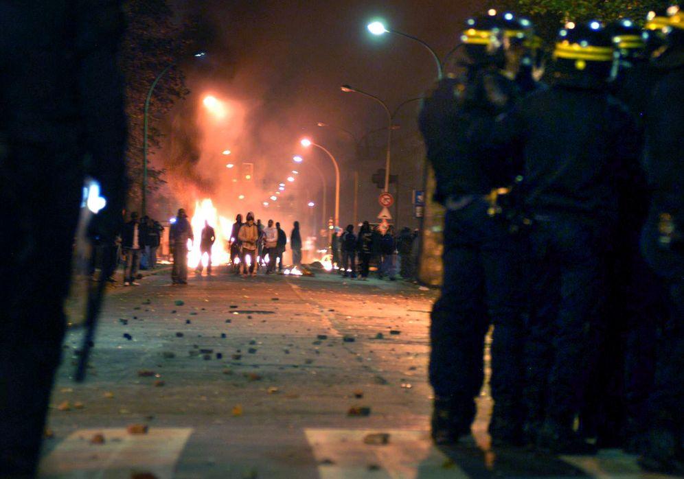 Foto: Jóvenes franceses se enfrentan a la policía antidisturbios en el suburbio parisino de Clichy, 2005 (Reuters)