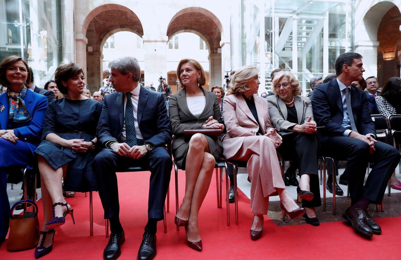 Foto: Ángel Garrido, entre Soraya Sáenz de Santamaría y María Dolores de Cospedal, con Concha Dancausa, Manuela Carmena y Pedro Sánchez, este Dos de Mayo en Sol. (EFE)