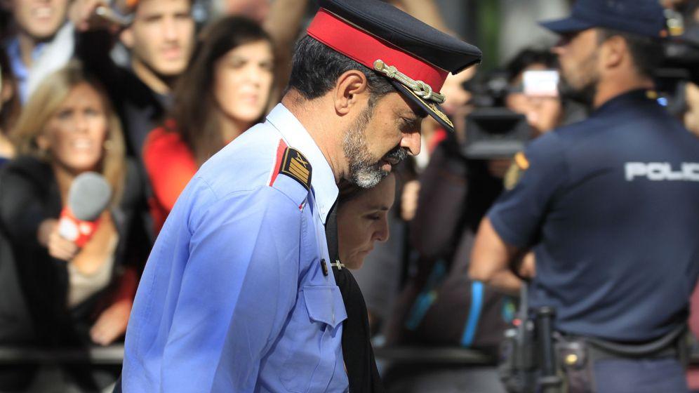 Foto: Josep Lluís Trapero tras declarar en la Audiencia Nacional, que le investiga por un delito de sedición y le impuso unas medidas cautelares que le impiden salir de España. (EFE)