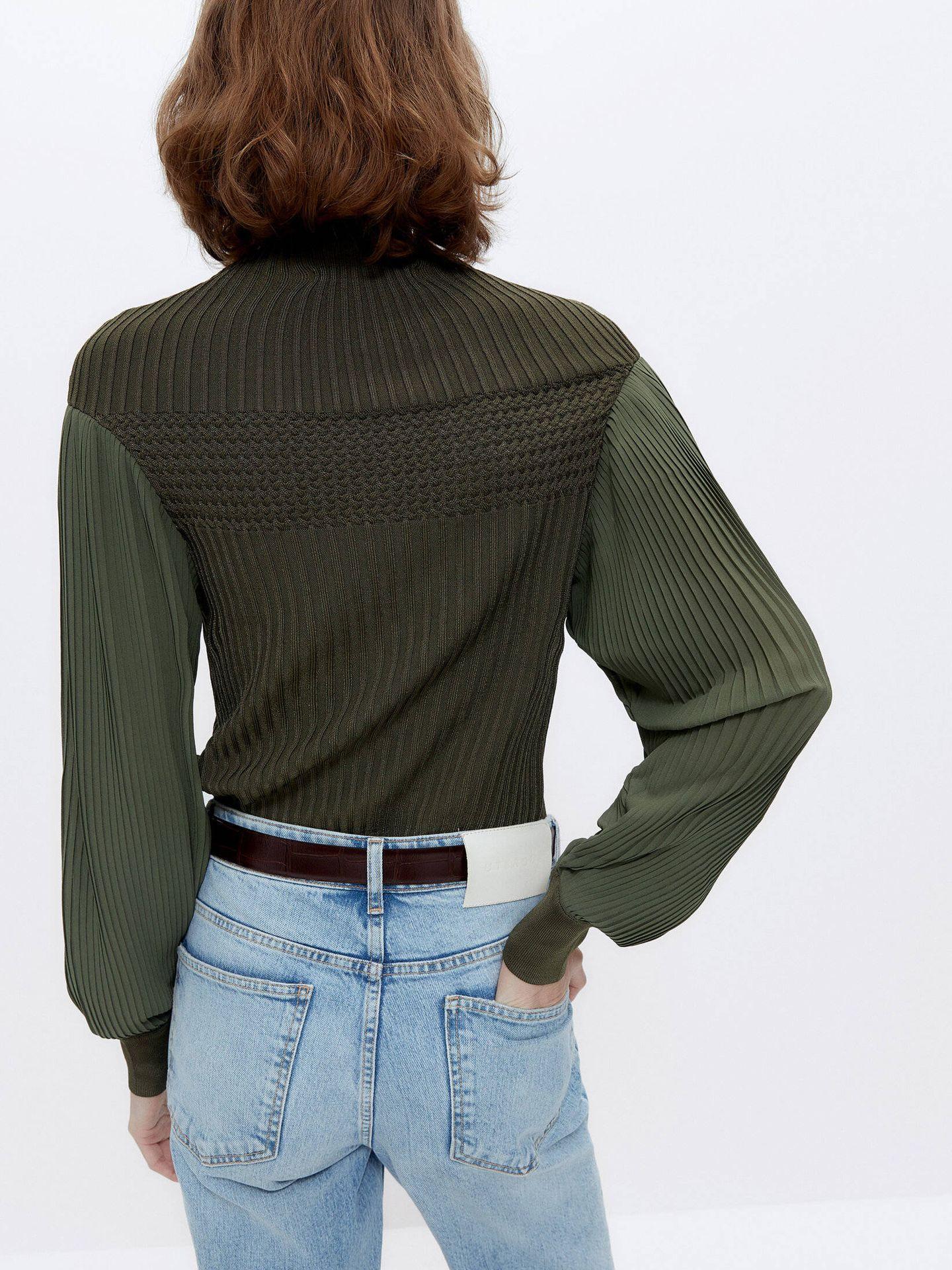 Jersey de manga plisada de Uterqüe. (Cortesía)