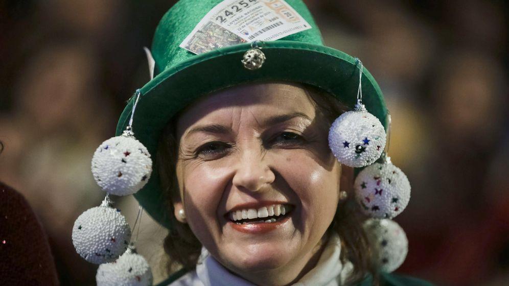 Foto: Una mujer, disfrazada para asistir al sorteo extraordinario de Navidad de 2014 (EFE)