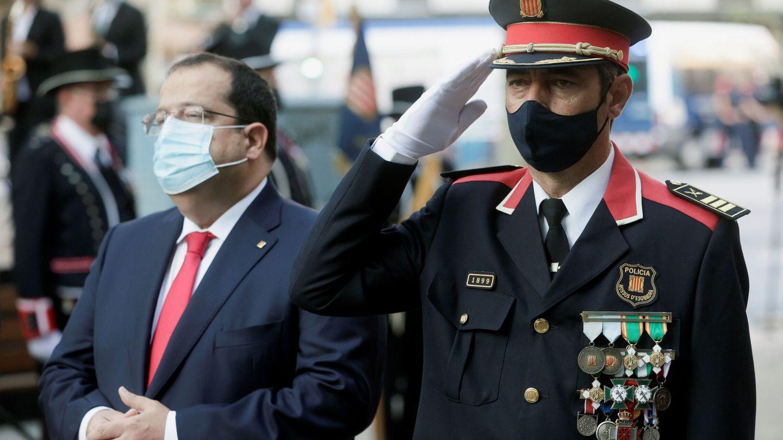 El Mayor de los Mossos d'Esquadra, Josep Lluis Trapero, acompañado del conseller de Interior, Joan Ignasi Elena (i). (EFE)