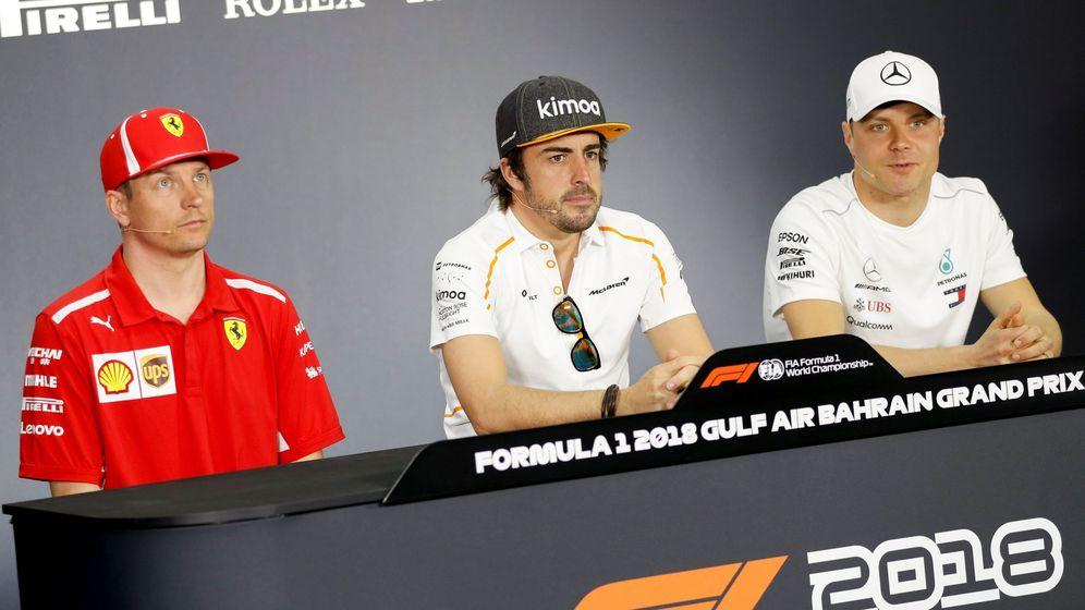 Foto: Fernando Alonso (c) junto a Kimi Raikkonen (i) y Valtteri Bottas (d) este jueves en la rueda de prensa del GP de Baréin. (EFE)