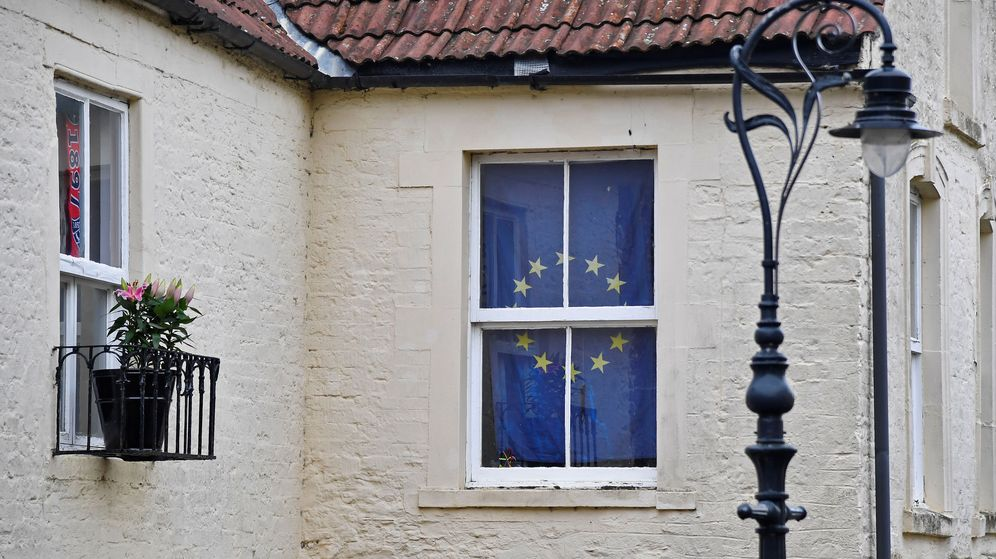 Foto: Una bandera europea en la ventana de una casa en Frome, el Reino Unido. (Reuters)