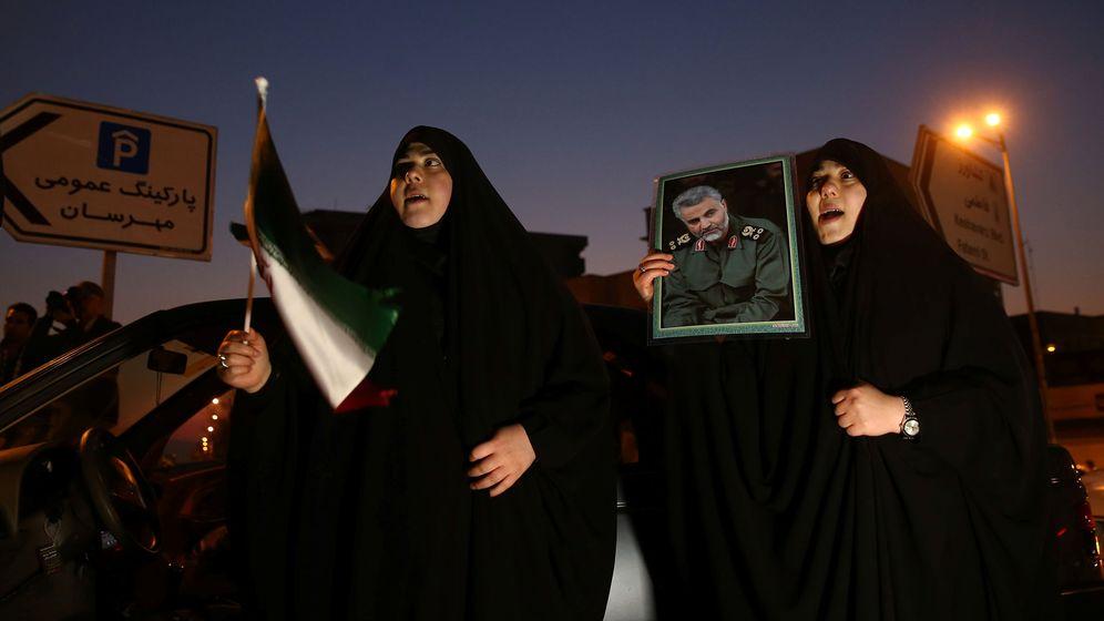 Foto: Mujeres en Irán celebran el ataque contra tropas estadounidenses, en respuesta a la muerte de Qasem Soleimani. (Reuters)