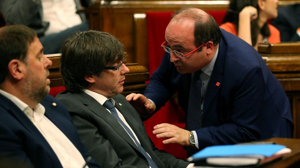 Foto: Puigdemont e Iceta hablan durante la jornada de ayer en el Parlament (Albert Gea / Reuters)