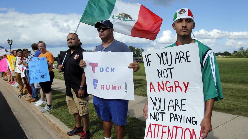 Foto: Un grupo de estadounidenses de origen mexicano protesta contra Donald Trump en Birch Run, Michigan, el 11 de agosto de 2015 (Reuters)