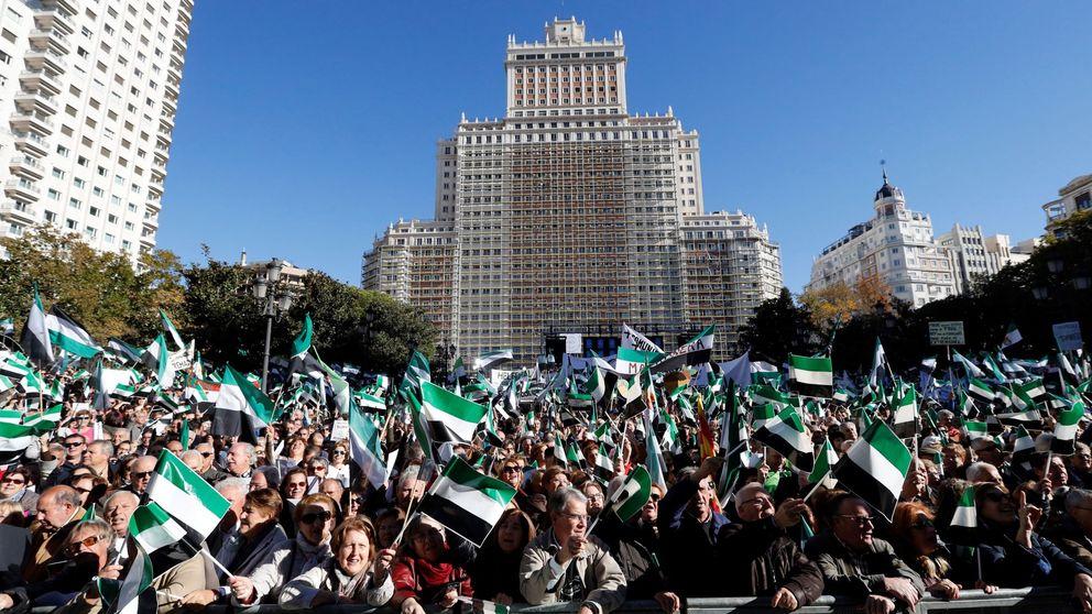 Miles de extremeños llenan la Plaza de España de Madrid para pedir un tren digno