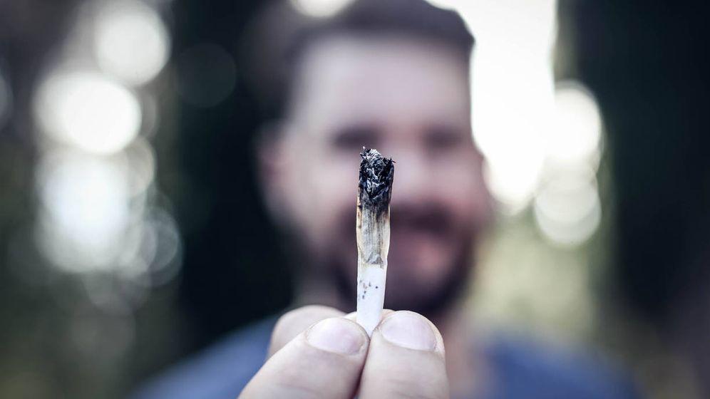 Foto: Un joven muestra un porro de marihuana. (iStock)