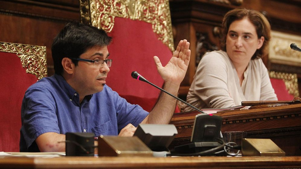 Foto: La alcaldesa de Barcelona, Ada Colau (d), escucha al primer teniente de alcalde, Gerardo Pisarello. (EFE)