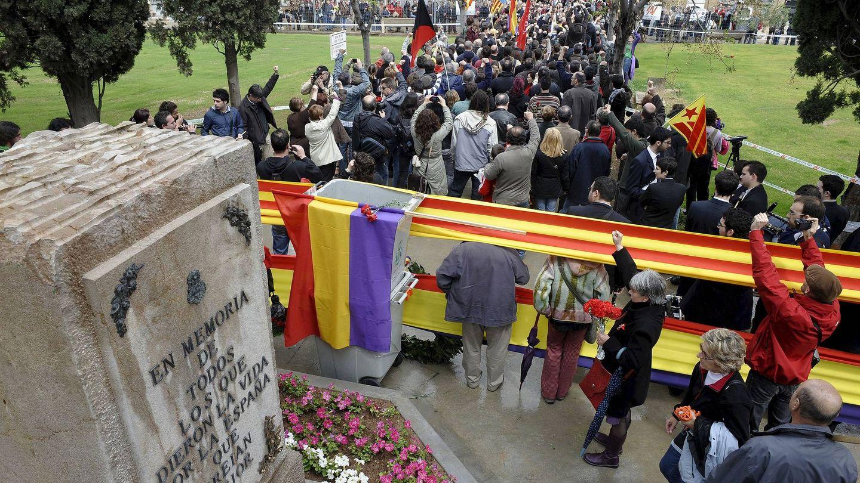 Un acto de homenaje a las víctimas del franquismo en el cementerio general de Valencia en 2010. (EFE)