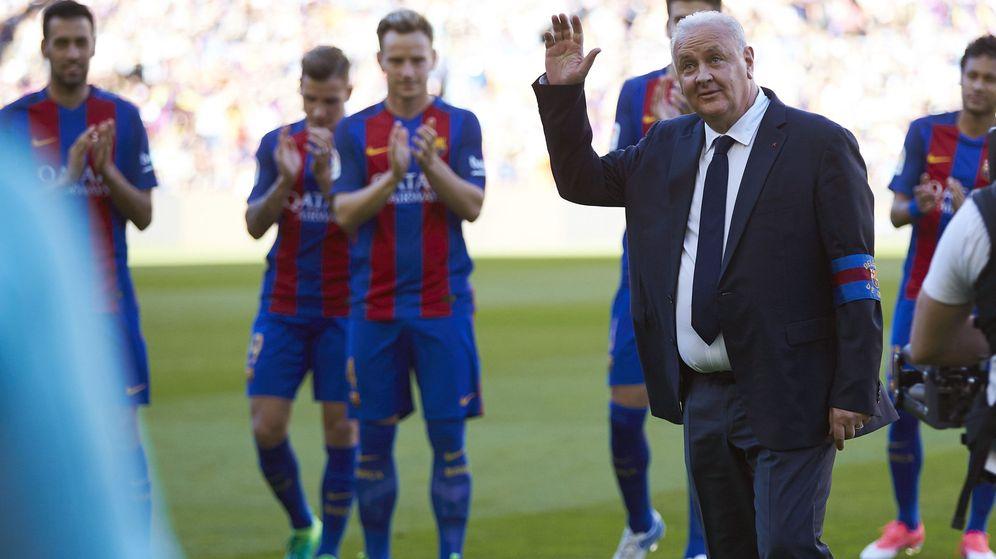 Foto: Carlos Naval, en el homenaje del Camp Nou por sus 30 años como delegado del Barça. (EFE)