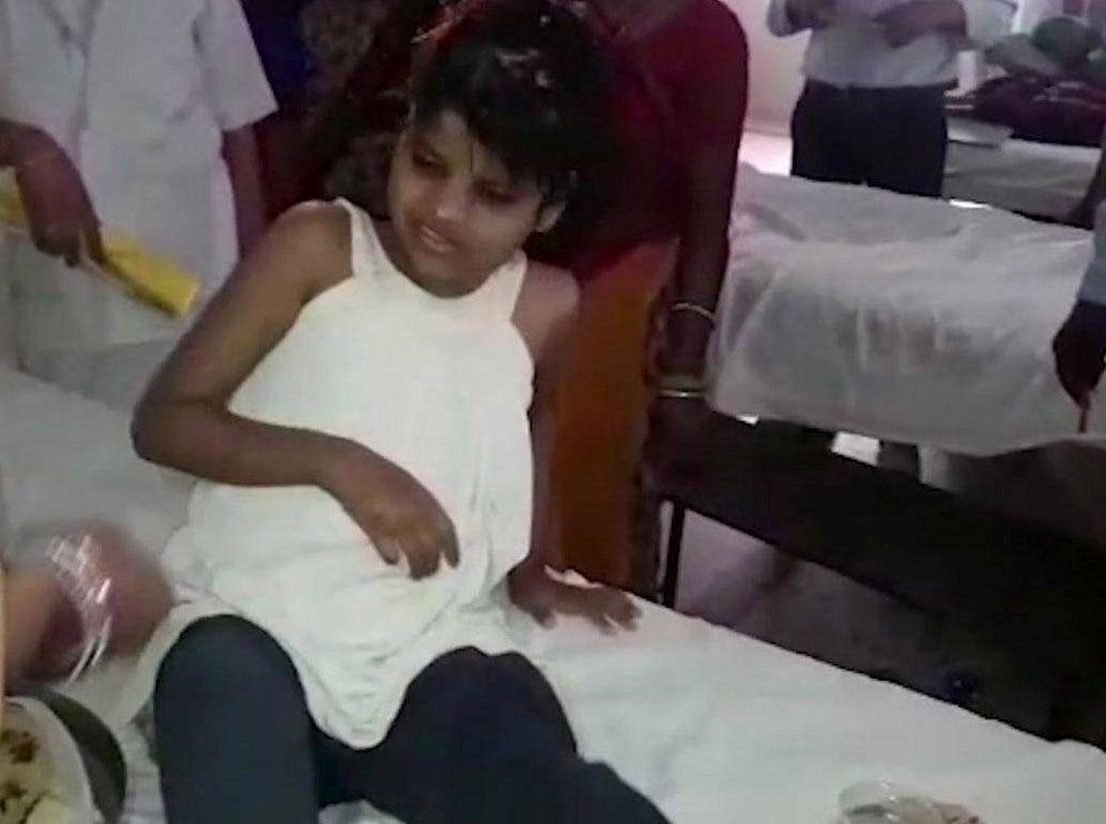 Foto: Captura de pantalla de un video en el que se ve a la niña recuperándose en el hospital