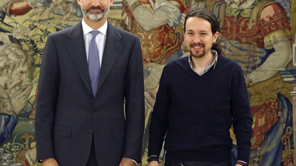 Foto: Pablo Iglesias junto a Felipe VI. (Reuters)