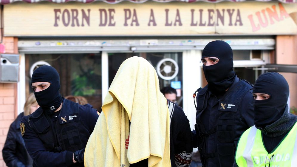Foto: La Guardia Civil escolta a un yihadista detenido en Barcelona. (EFE)
