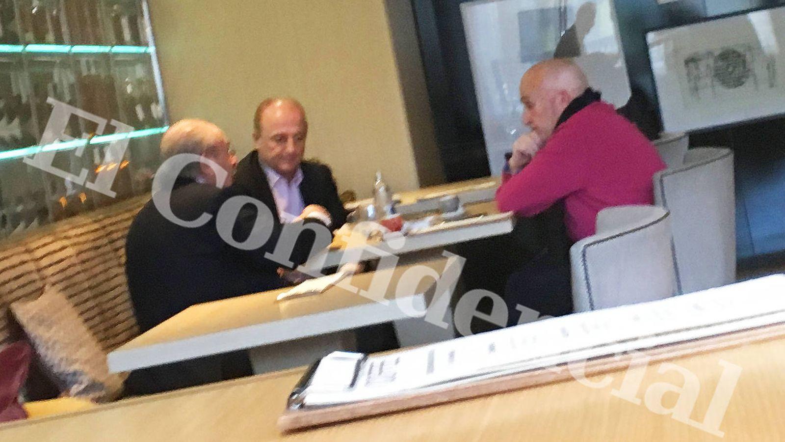 Foto: Luis del Rivero, expresidente de Sacyr (i), el exministro Miguel Sebastián (c) y el exdirectivo de Sacyr Vicente Benedito, ayer, en un hotel madrileño. (EC)