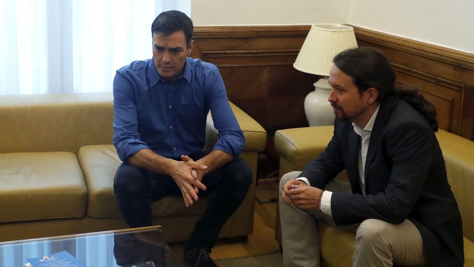 Foto: Los secretarios generales del PSOE, Pedro Sánchez (i), y de Podemos, Pablo Iglesias, durante el encuentro que mantuvieron esta semana en el Congreso. (EFE)