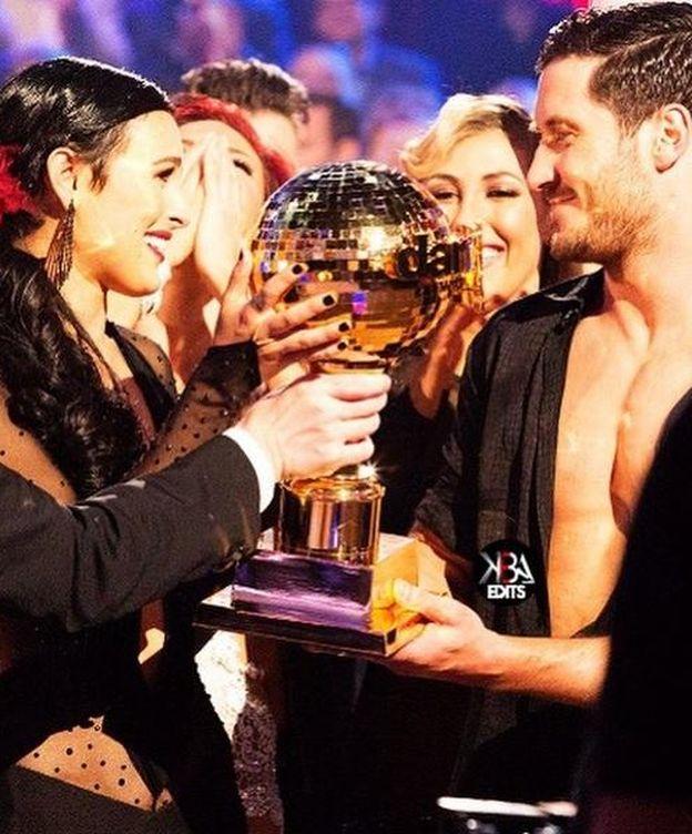 Foto: Rumer Willis recibe el trofeo de ganadora de 'Dancing with the stars' (Instagram)